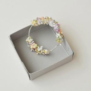 小花のリースブローチ