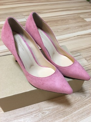 ピンク色のスウェードのパンプス