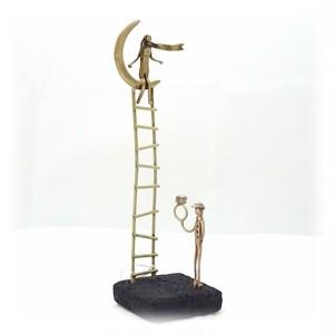 フィギュア(F10) 「はしごの上の月に座る女と指輪を持つ男」 18×5×5 cm