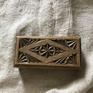 木彫りの切手箱