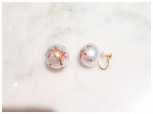 南洋真珠に色蒔絵の桜のイヤリング