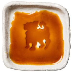 立ってるポーズのパグのシルエットが浮かぶお醤油小皿(四角)