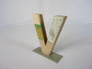切り文字 V (木のパッチワーク)