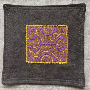 コースター 15x15cm 紫と山吹色 両面草木染め 泥染め シピボ族の手刺繍