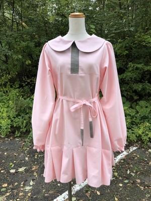淡いピンクの上品スタイル。グレー系チェックづかいがハイセンスさを演出する長袖の丸襟ワンピース。Aライン 裾フリル コットン100% 一点もの