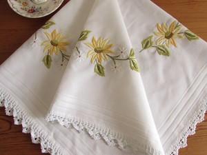 【お花とレース】黄色と白のお花、手編みレースのテーブルクロス /ヴィンテージ・ドイツ
