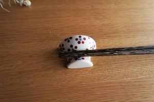 砥部焼/お茶碗型箸置き/赤小紋