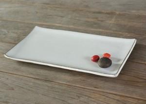 白い陶器の板皿(無)