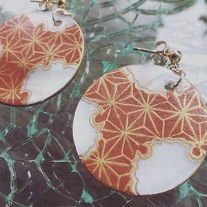 ray001 ピアス 漆蒔絵 橙色の麻の葉文様 貝に色漆と金蒔絵で描いた文様