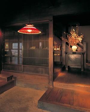 和傘モチーフのデザインを和の演出に。和紙セードのペンダントライト(2色)
