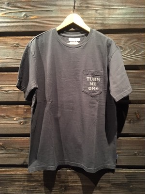 Turn Me On  120-385  TURN ME ON PKT LOGO Tee Chacoal Lサイズ