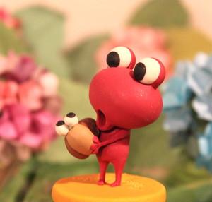 樹脂粘土人形/赤ケロとカタツムリ