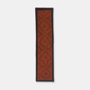 SHIPIBO TEXTILES シピボ族の泥染めのテーブルライナー 茶フチ縫い 680×170mm S040