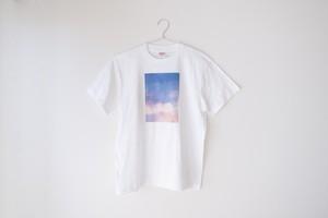 ピンク色の雲と湖の、Tシャツ