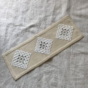 横長な刺繍の布