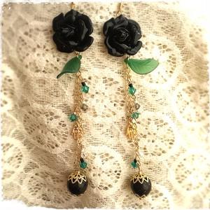 黒い薔薇とハムサのロングピアス