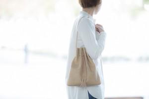 『革の巾着ショルダーバッグ クリーム色』お出かけにピッタリ♪意外に収納力のある巾着型。肩掛け、斜めがけ、手持ち