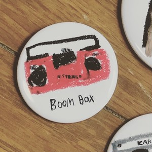 Boom box 37mm缶バッジ red