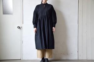 硫化染めコットン・ギャザーワンピース(ブラック)/ MAGARI