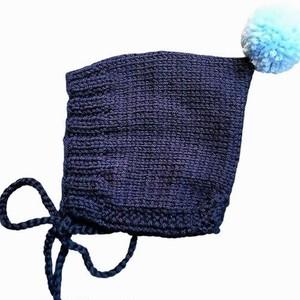(予約オーダー:発送12月中旬)6か月~4歳用 手編みボンネット帽 Navy(Light Blueボンボン)
