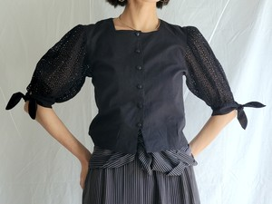 LACE PUFF SLEEVE BLACK BLOUSE.