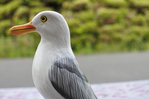 細かく手描きをした木彫りの鳥 カモメ 20㎝