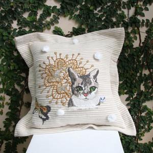 蝶と猫と花の手縫いステッチクッションカバー