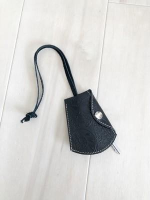 ベルの形が可愛い キーホルダー 本革 ペイズリー ブラック