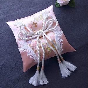 ピンクの金襴とサテンを縫い合わせた和風リングピロー