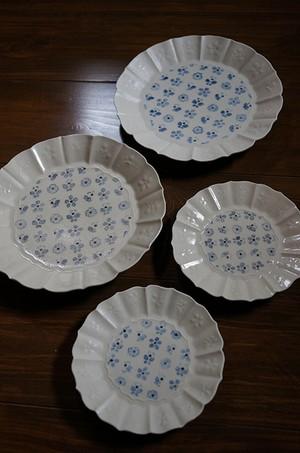 ヨシノヒトシ 染付蝶花文7寸皿