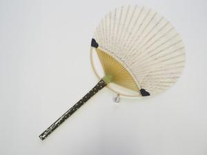 """丸亀うちわ 浄風(天然石 水晶のチャーム付き)    Marugame Uchiwa Fan: """"Jofu"""" with crystal charms"""