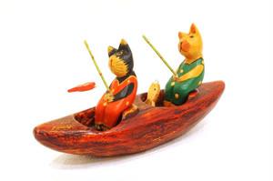 木彫りのバリ人形7 釣りをするネコ