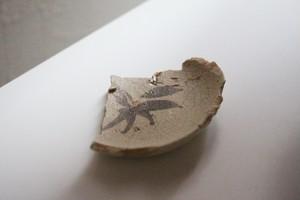 陶片 絵志野小皿(桃山~江戸時代初期) Shino Small Dish with Leaves Design 16th-17th C