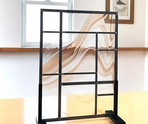 直線デザインのステンドグラスパネル 雨と煙
