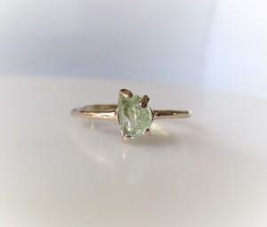 グロッシュラーガーネットの原石の指輪(グリーン)