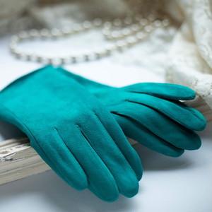 大人の女性が思わず手にしたくなる 〜冬の手元を暖かく演出するシープスキングローブ〜