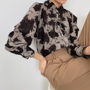Wide collar printed blouse