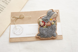 atelier N  「刺繍うさぎブローチ」