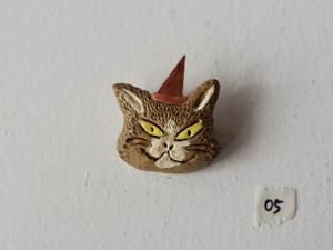 パーティーに行くどら猫のブローチ05