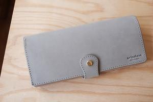 ライトグレーの牛革を使った長財布