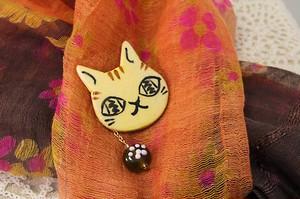 猫と肉球とんぼ玉のブローチ