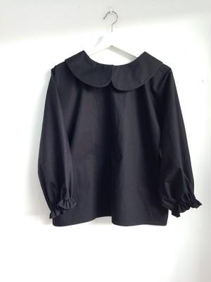 ほどよい可愛さが魅力的な黒色の長そで丸襟ブラウス。一点物
