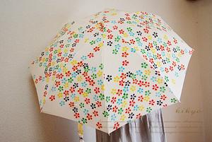 カラフルな小花がいっぱいのおりたたみ日傘