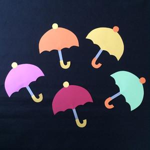 小さい傘の壁面装飾