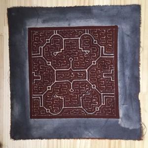 泥付き布 小型30cm−2 額装用 シピボ族 アマゾンの泥染め