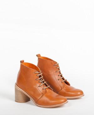 Deux Souliers - Desert Heel #1 All Natural レザー・チャンキーヒール・レースアップ・ブーティ (キャメル) 【スペイン】【靴】【シューズ】【インポート】【VOGUE】