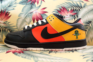 "NIKE DUNK LOW PRO SB Roswell Rayguns ""Home"""