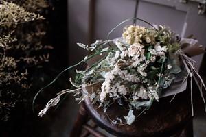 スワッグ - 流れるグリーンと白い小花