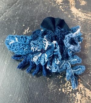 寄せ植えのようなブローチ(藍染)