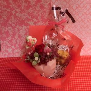 立体ハートの陶器にアレンジしたプリザーブドフラワーとハートの焼き菓子2袋のギフトセット